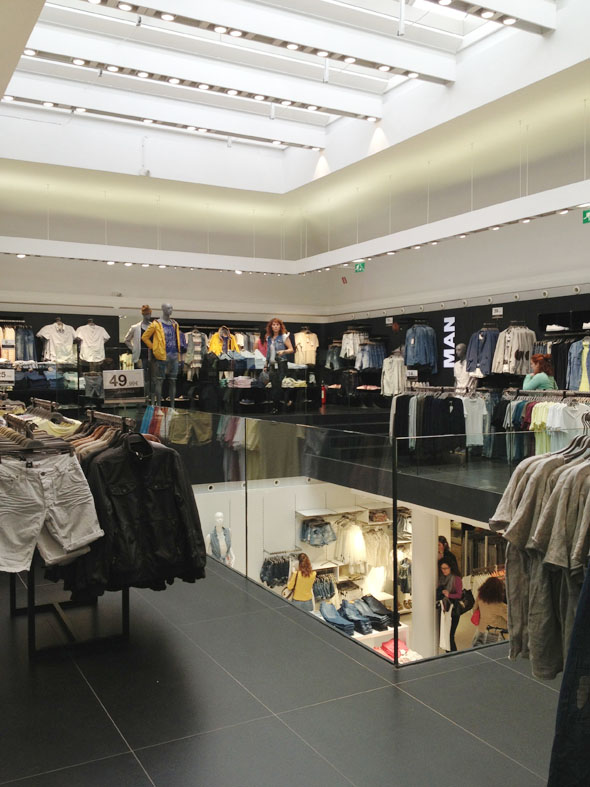 Il piano superiore del negozio Bershka a Bologna